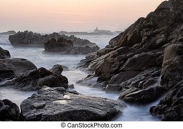 spiaggia rocciosa, a, tramonto