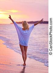 spiaggia tropicale, signora, sabbioso, sunset.