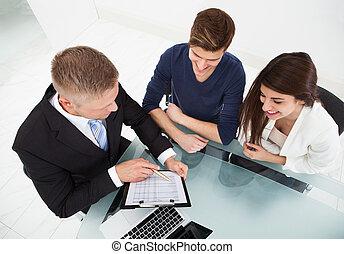 spiegando, finanziario, coppia, piano, consigliere, investimento