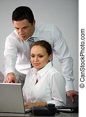 spiegando, laptop, donna, qualcosa, uomo