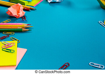 spiegazzato, set, ufficio, testo, vuoto, tavola, fiore blu, spazio, cima, nota, fondo., tazza bianca, provviste, colorito, cuscinetto, scrivania, carta copie, pc, penna, vista