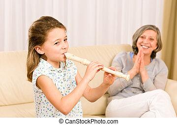spielen, flöte, stolz, junger, großmutter, m�dchen