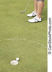 spielen golf spieler, setzen, kugel, in, loch