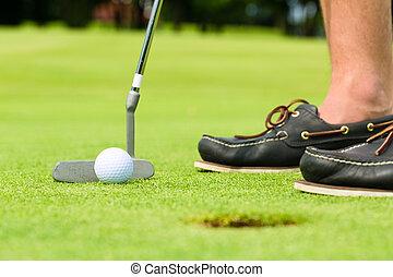 spielen golf spieler, setzen, kugel loch