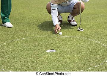 spielen golf spieler, vorbereitet, setzen, kugel, in, loch