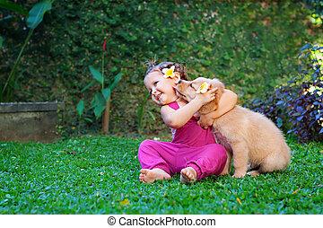 spielen, Umarmung,  labrador, familie, Haustier,  -, kind, junger Hund, glücklich