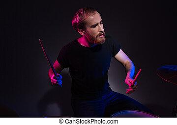 spielende , bärtig, sitzen, mann, hübsch, trommelstöcke, schlagzeugspieler, trommeln