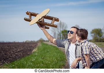 spielzeug, park, vater, sohn, time., motorflugzeug, pappe, spielende , tag
