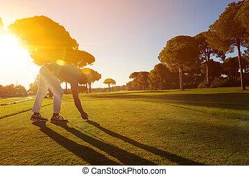 spiller golf, finder, skud, hos, klub