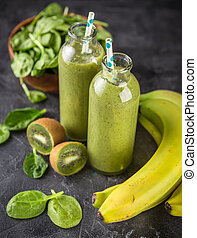 Spinach, bananas and kiwi