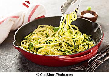 spiralized, ferro fundido, noodles, panela, abobrinha