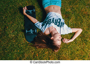 spoczynek, jej, górny, skateboard, łyżwiarz, dziewczyna, trawa, prospekt