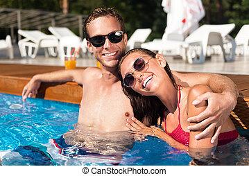 spoczynek, para, radosny, pływacki wrębiają, kochający