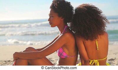 spokojny, kobiety, posiedzenie na plaży