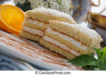 Sponge cake with a delicate soufflé - Sponge cake with a ...