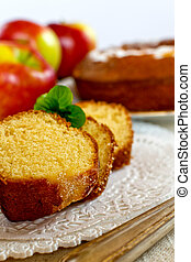 Sponge cake with mint and apples