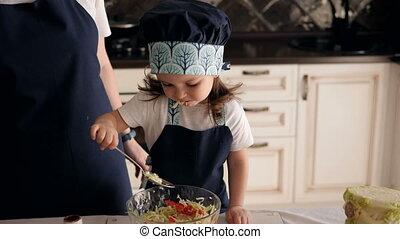 spoon., peu, manger, légume, girl, gros plan, salade, three-year-old
