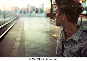 spoorwegstation, kerel, kalm