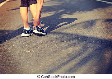 sport frau, halten, verletzt, bein