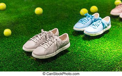 sport schoenen, en, tennis ballen, op, een, gras