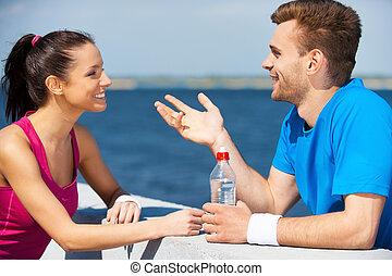 sport, verbinden, leute., seitenansicht, von, schöne , junges, in, sportarten-kleidung, stehende , voreinander, und, sprechende