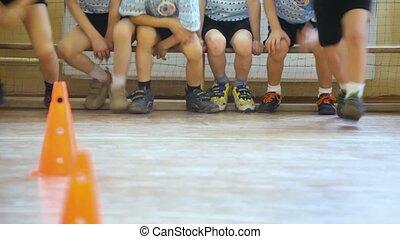 sporten, hall:, groep van kinderen, rijzen, van, bankje, en,...