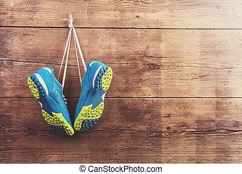 sporten schoenen, op de vloer