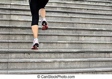 sporten vrouw, benen, rennende , op, trap