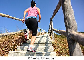 sporter kvinna, spring, på, fjäll