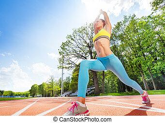 sportief, vrouw, doen, uitrekkende oefening, op, stadion
