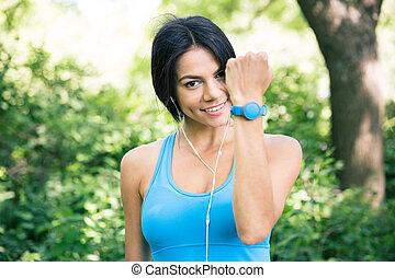 sportief, vrouw, het tonen, activiteit, tracker, op, hand
