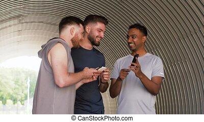 sportif, amis, dehors, ou, smartphones, hommes