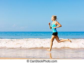 sportif, blond, femme, dans, vêtements de sport, jogging, sur, a, ensoleillé, plage