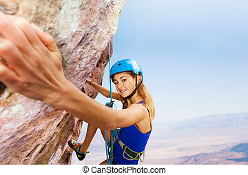 sportivo, giovane, in, casco, rock scalando