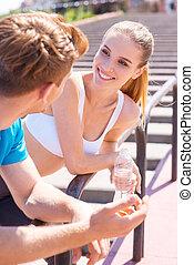 sportliche , ehepaar., junges, in, sportarten-kleidung, stehende , voreinander, und, lächeln