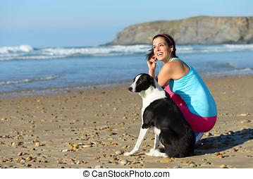 sportliche , frau, und, hund, auf, sandstrand