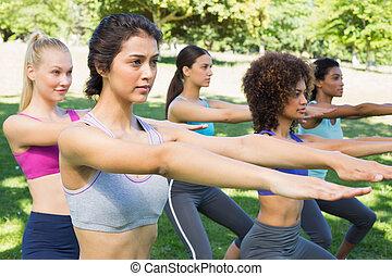 sportliche , frauen, machen, ausdehnen von übung