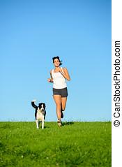 sportliche , glückliche frau, rennender , mit, hund