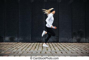 sportliche , junge frau, rennender , auf, bürgersteig, in,...