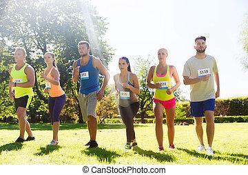 sportolók, noha, jelvény, számok, képben látható, elindít,...