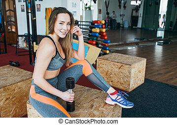 sportowy, wykonuje, sala gimnastyczna, kobieta
