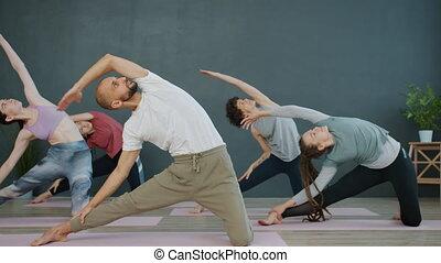 sports, homme, femmes, muscles, corps, étirage, studio, ...
