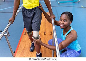 sports, promenade, barres, homme, centre, parallèle, aider, handicapé, kinésithérapeute
