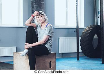 sportsmæssige, afgå, kvinde afslappende, på, træagtig æske, hos, gymnastiksal