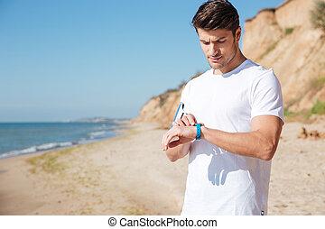 sportsman, gebruik, activiteit, tracker, op het strand