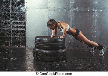 sportswoman., addestramento, concetto, sportivo, adattare, allenamento, ups, potere, lifestyle., donna, pneumatico, idoneità, spinta, sport, forza, crossfit