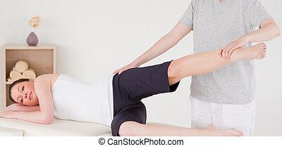 sportswoman, hebben, een, been, en, heupen, stretching