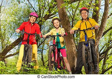 sporty, família, ensolarado, bicicletas, floresta, feliz