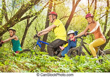 sporty, família, ensolarado, executando, bicicletas, floresta