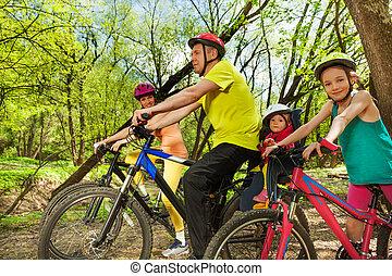 sporty, família, primavera, ensolarado, bicicleta, floresta, viagem